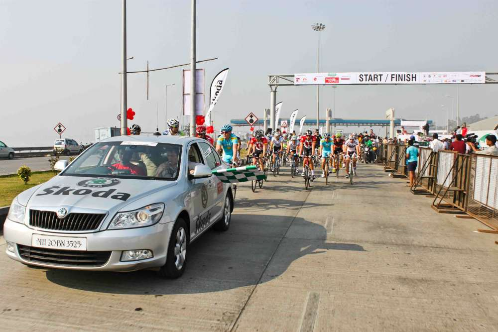 flag-off-of-Skoda-Elite-International-Mens-Race-II-108-km