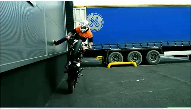 KTM-125-Duke-stunts1