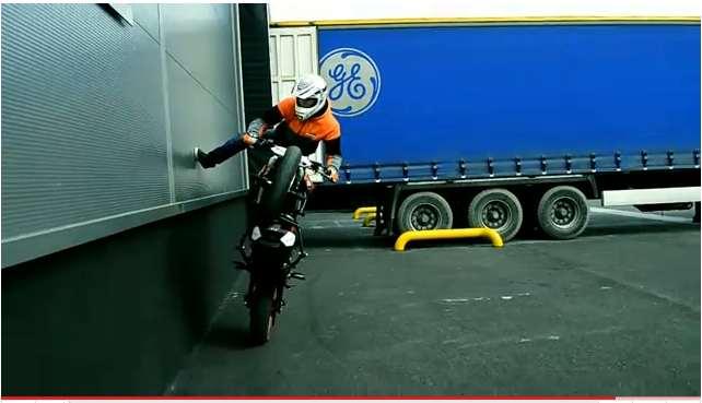 KTM-125-Duke-stunts1