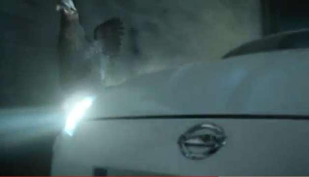 Video: Nissan 370Z VS chicken: Who wins?