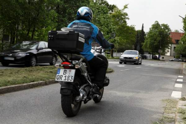 BMW-left-turn-tech