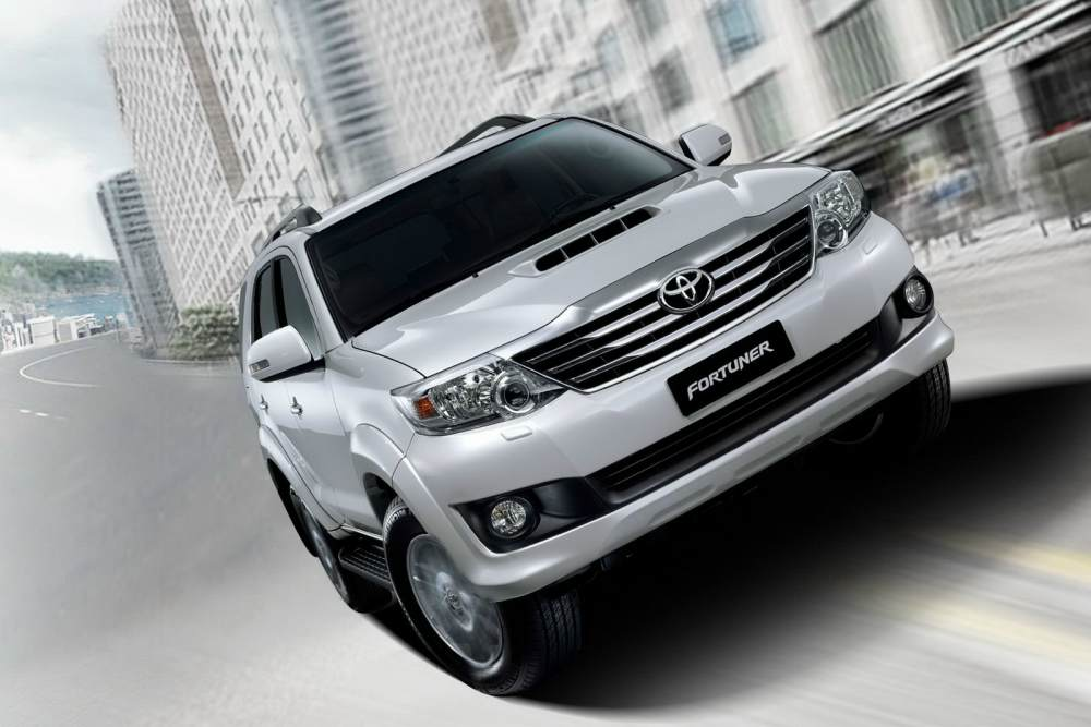 2012-Toyota-Fortuner-front