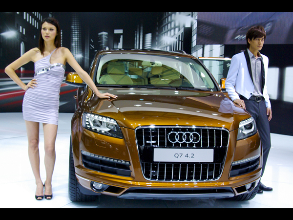 Audi-Q7-Cars-Show-Girls1