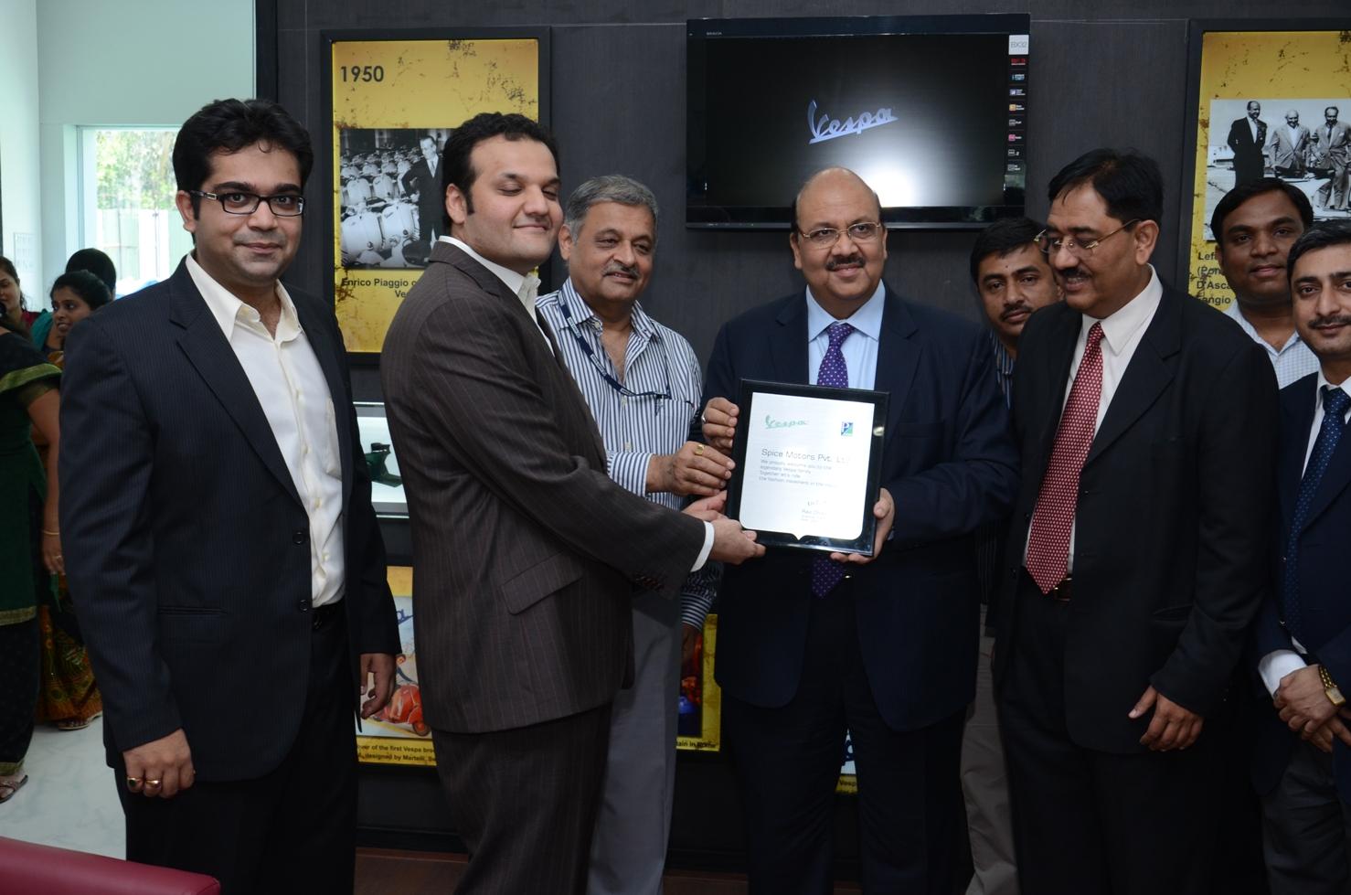 Alok-Mishra-cmd-Bank-of-India-+-Sanjay-Mitall-VP-Sales-and-customer-care-Vespa-2