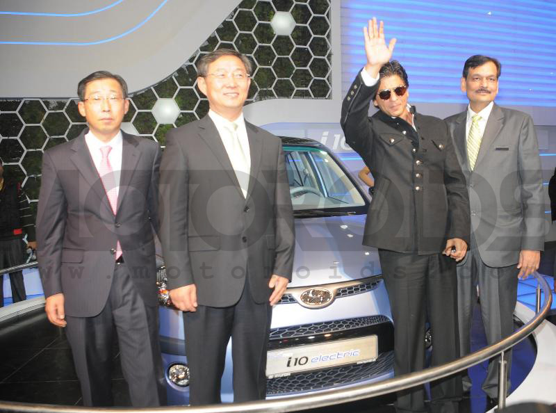 shahrukh khan unveils i10 electric at 2010 auto expo, motoroids