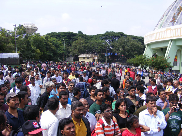 Hundreds of enthusiastic Jawa and Yezdi owners gathered to celebrate the 8th International Jawa Yezdi Day at the Kanteerva Stadium in Bangalore - www.motoroids.com