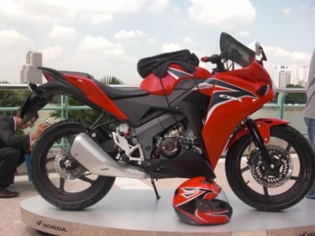 Honda CBR150R side
