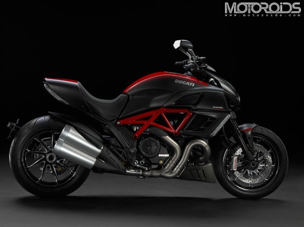 Official information and photos of the 2011 Ducati Diavel unveiled at the 2010 EICMA. More on Motoroids.com