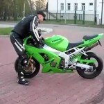 Video : Biker fails at stunt, gets lifted off his crotch!