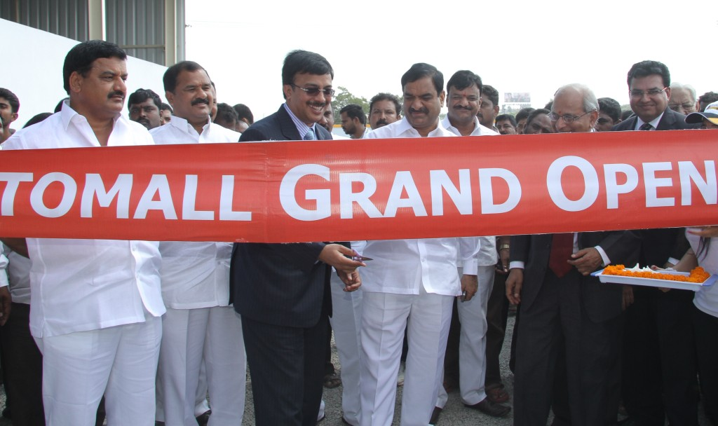 Vinod-Dasari-MD-of-Ashok-Leyland-opening-the-auction-along-with-local-former-MLA-Mallreddy-Rangareddy