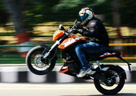 ktm-duke-200-stunts