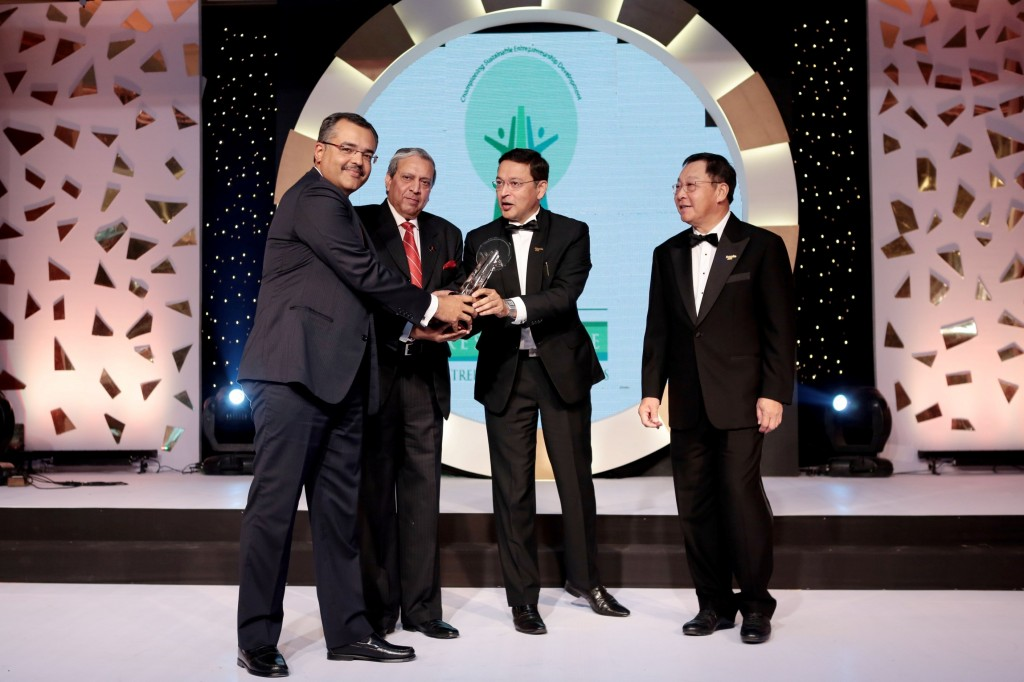 Sunam-Sarkar-CFO-Apollo-Tyresextreme-left-receiving-the-AREA-award-from-Enterprise-Asia-Team-1024x682