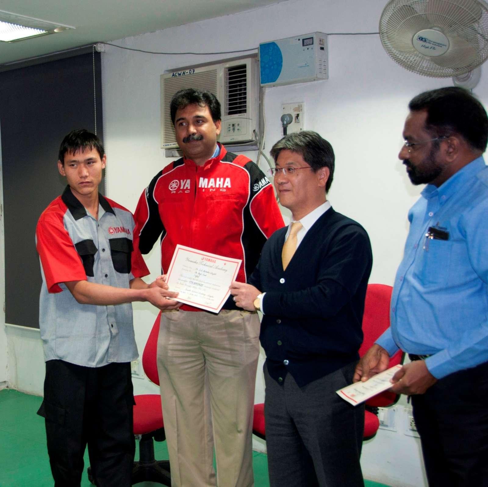 Mr. Hiroyuki Suzuki-MD,India Yamaha Motor and Mr.Ravinder Singh, Group Head - Service Marketing, India Yamaha Motor felicitating the students-2