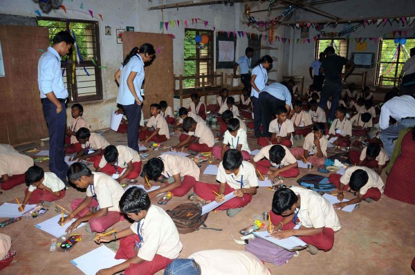 School children and Ford volunteers during the painting competition[1] (1)