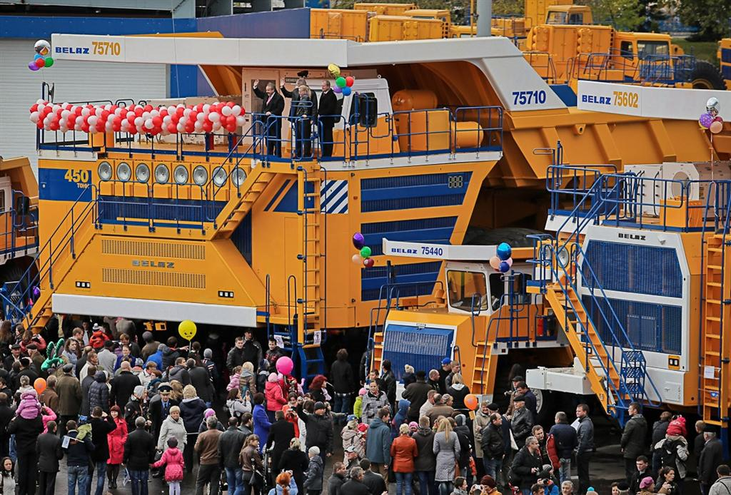 What Is Transmission >> Belaz 75710 is the world's largest dump truck. Set to claim Guinness Record. | Motoroids