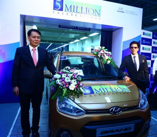 Mr. B S Seo- MD & CEO Hyundai Motor India Ltd. & Mr. Shahrukh Khan- Brand Ambassador Hyundai Motor India Ltd. at the 5 Millionth car roll-out at Hyundai Plant in Chennai(1) (1)