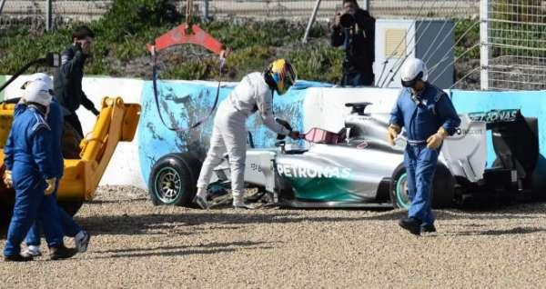 Lewis-Hamilton-crash-2