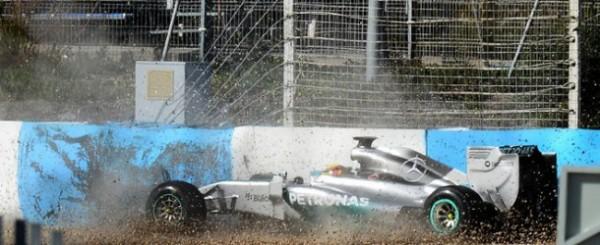 Lewis-Hamilton-crash