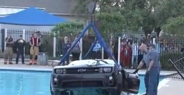 camaro-zl1-crashes-into-texas-swimming-pool-video