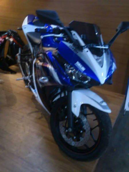 Yamaha-R25-Special-Edition-MotoGP-Paint-Scheme