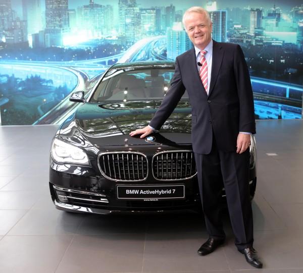 04a Mr. Philipp von Sahr, President, BMW Group India with the all-new BMW ActiveHybrid 7