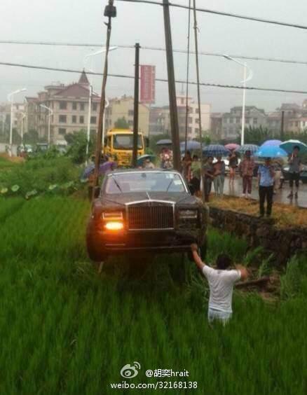 Rolls Royce Phantom in a paddy field (6)
