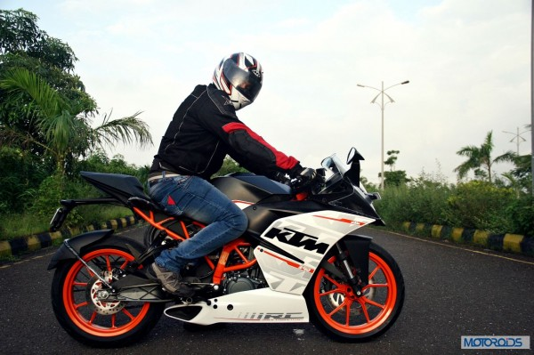 KTM-RC390-Review-Riding-Stance (2)