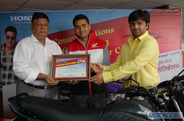 Honda officials gratifying the winners_1
