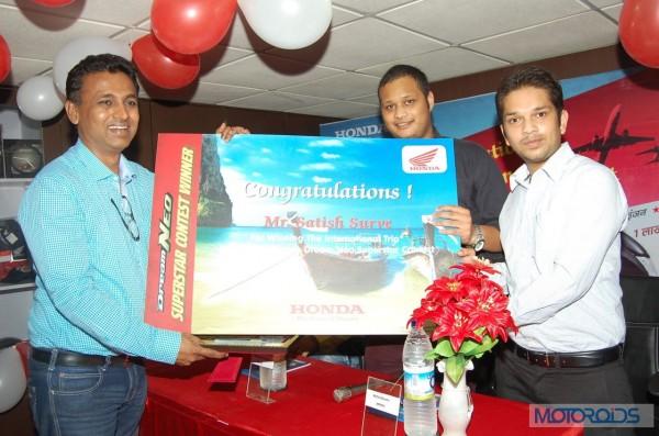 Honda officials gratifying the winners_2