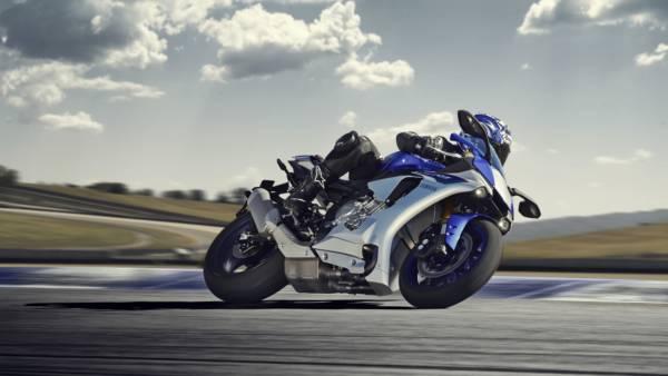 2015-Yamaha-YZF-R1-EU-Race-Blu-Action-003