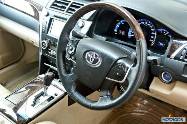 Toyota Camry Hybrid dashboard (1)