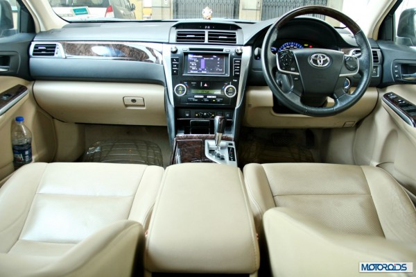 Toyota Camry Hybrid dashboard (2)