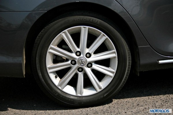 Toyota Camry Hybrid detail (1)