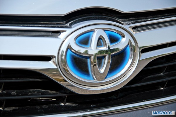 Toyota Camry Hybrid detail (3)
