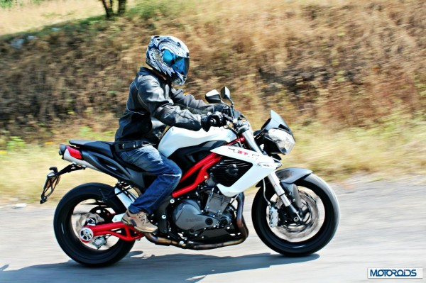 benelli-tnt-899-riding-right-side10