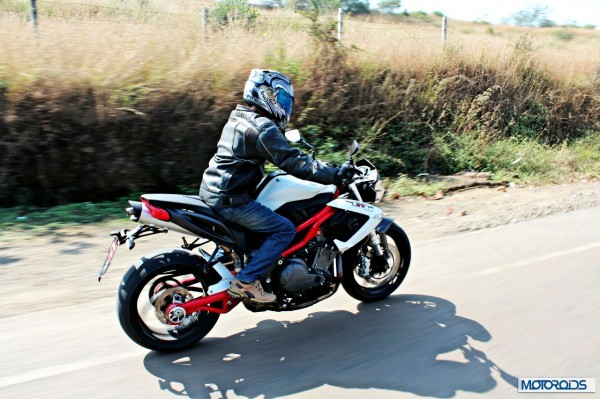 benelli-tnt-899-riding-right-side95