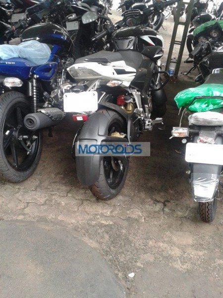 Bajaj-Pulsar-200-NS-Spied-With-New-Tyres-1 (2)