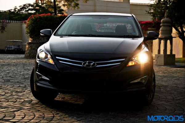 2015 Hyundai Verna 4S (95)headlight on