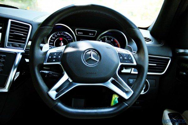 Mercedes-Benz ML 63 AMG steering wheel (85)