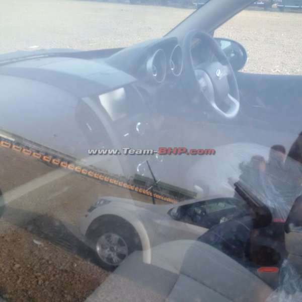 2015-Mahindra-XUV500-facelift-interior-spied-1