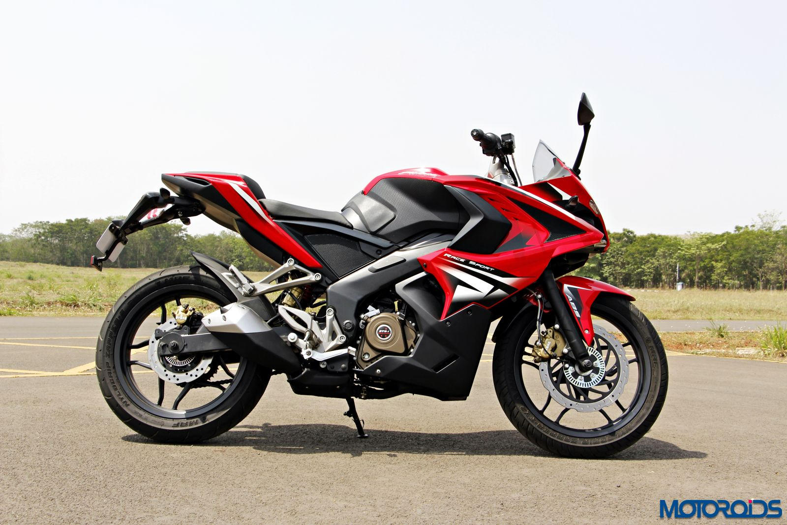 bajaj pulsar rs200 first impressions and road tester s notes motoroids