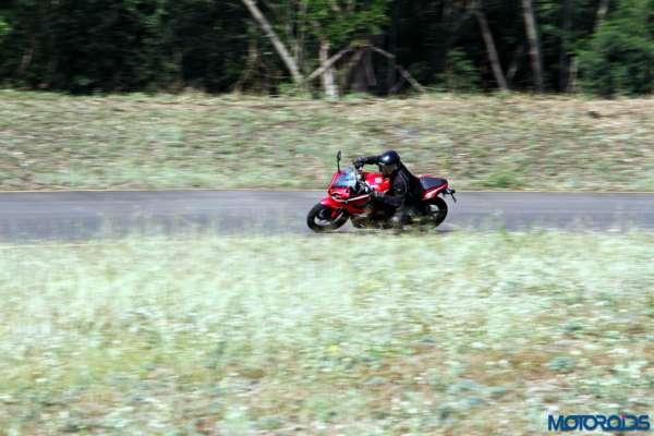 Bajaj-Pulsar-RS200-cornering (14)