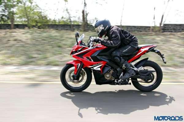 Bajaj-Pulsar-RS200-riding-left-side (12)