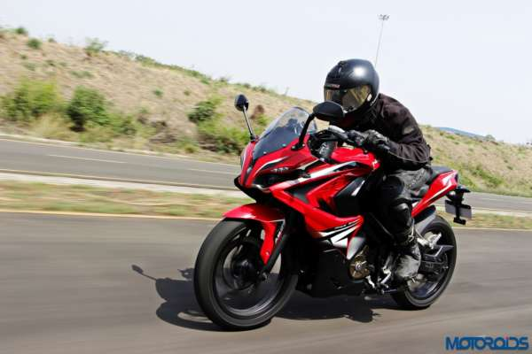 Bajaj-Pulsar-RS200-riding-left-side (2)