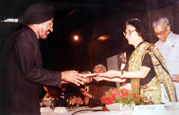 Harpal Singh receiving the keys to the first Maruti 800 car from former prime minister Indira Gandhi