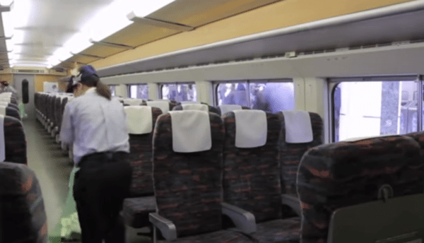 7-minute miracle Japanese crew cleans entire bullet train in 7 minutes (2)