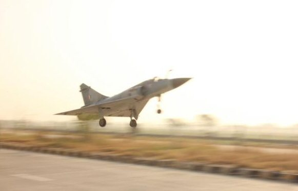 IAF's Mirage 2000 fighter jet successfully lands on Yamuna Expressway (1)
