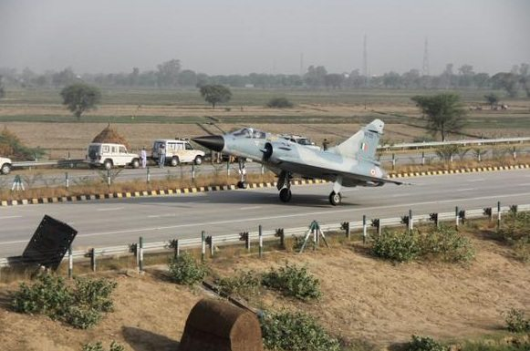 IAF's Mirage 2000 fighter jet successfully lands on Yamuna Expressway (4)