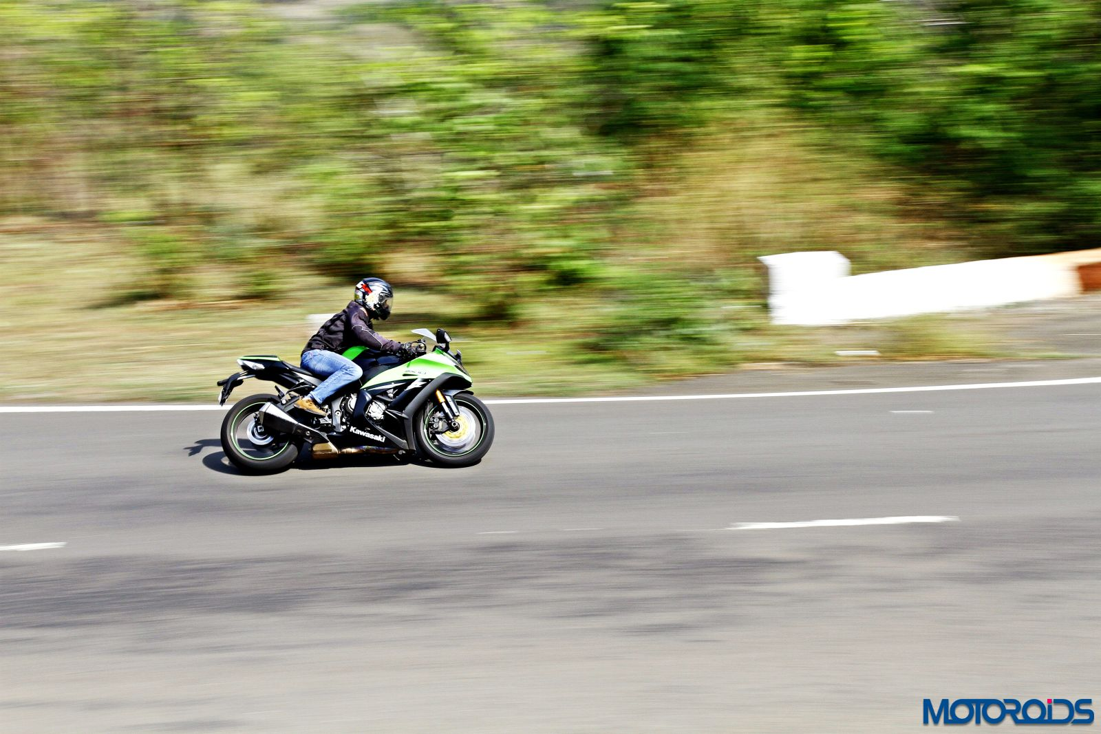 Kawasaki Ninja ZX-14R-riding right side (2)