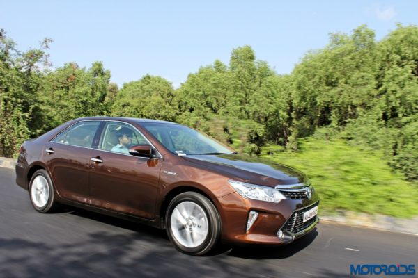 2015 Toyota Camry Hybrid action side (2)